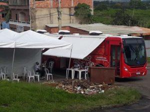 Carro da saúde de Candeias estaciona ao lado de entulho de lixo para atender