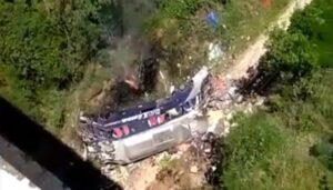 Ônibus cai de ponte e ao menos 14 pessoas morrem